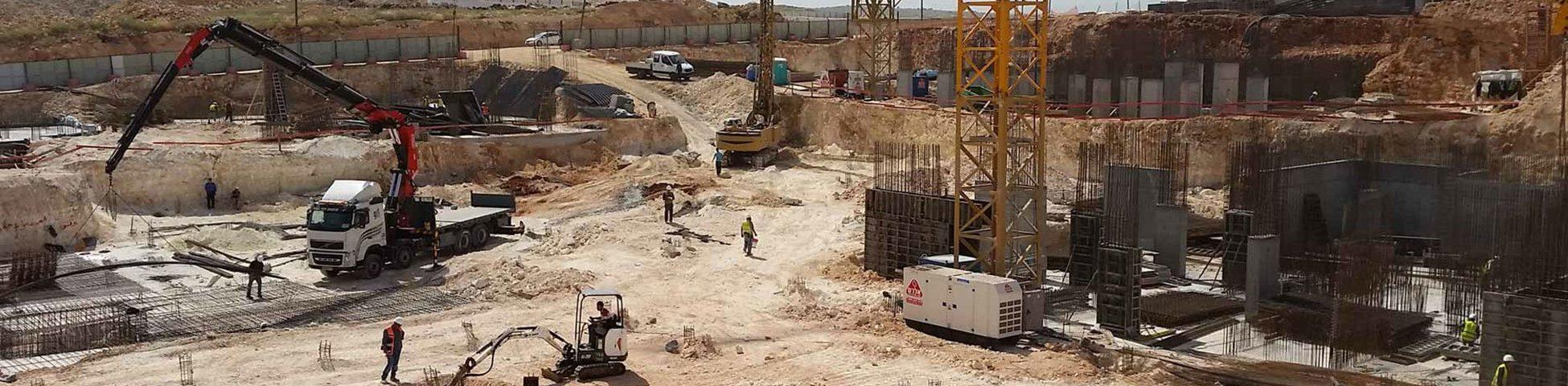 אתר בנייה ובמרכזו גנרטור עוצמתי מושכר מחברת אלרם