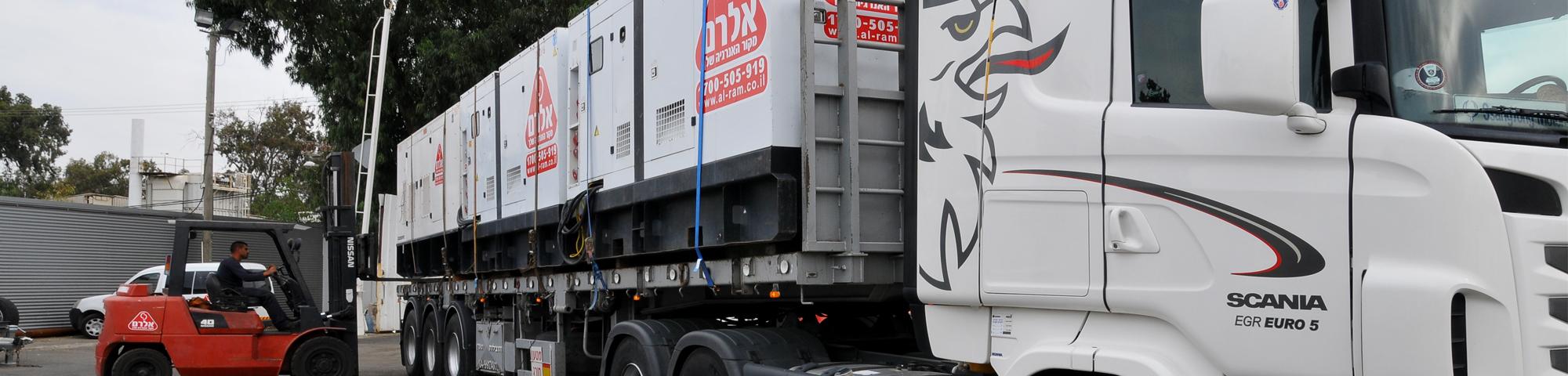 משאית נושאת זוג גנרטורים תעשייתיים