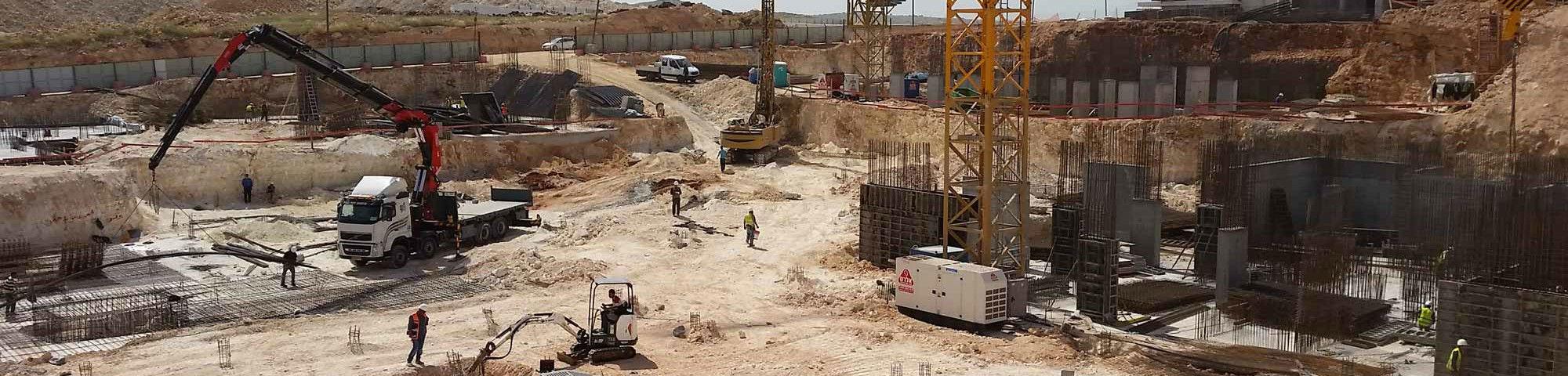 אתר בנייה ובמרכזו גנרטור עוצמתי מבית חברת אלרם