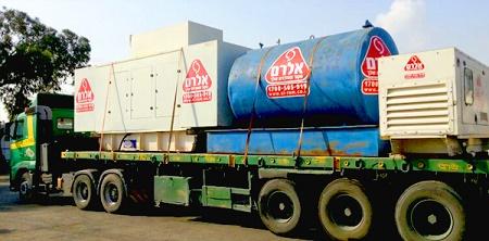 משאית מובילה מיכל דלק גדול וגנרטורים מבית חברת אלרם