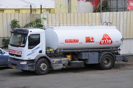משאית של חברת אלרם גנרטורים הנושאת מיכלית דלק לגנרטורים
