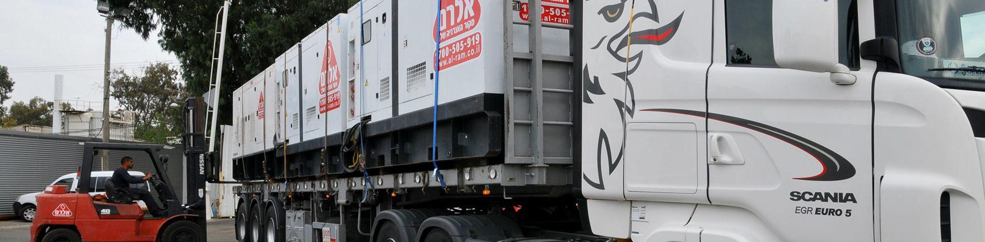 משאית נושאת זוג גנרטורים תעשייתיים של אלרם