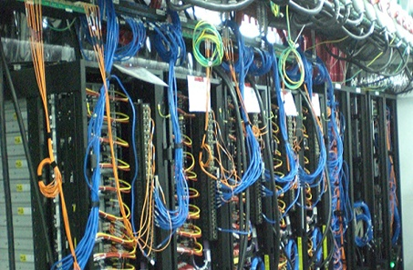 עשרות חוטי חשמל מחוברים ללוח חשמל